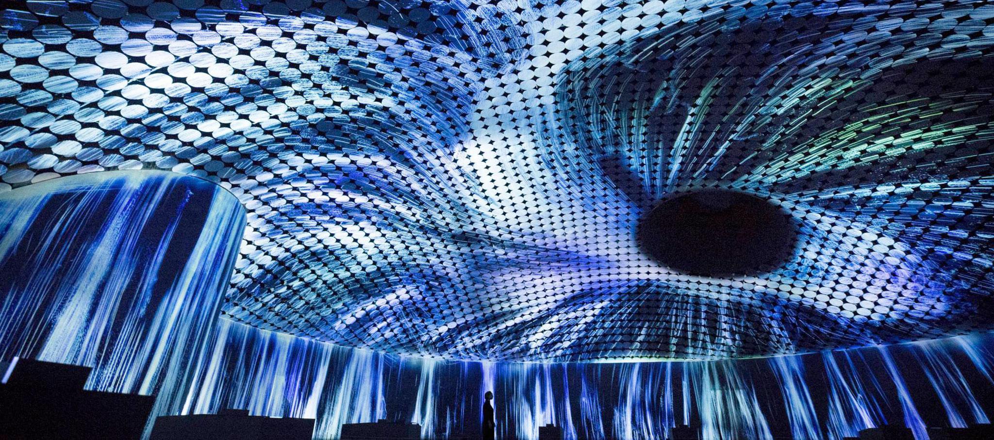 """""""Massless"""" por teamLab en la exposición de inauguración de Amos Rex. Imagen cortesía de teamLabsin"""