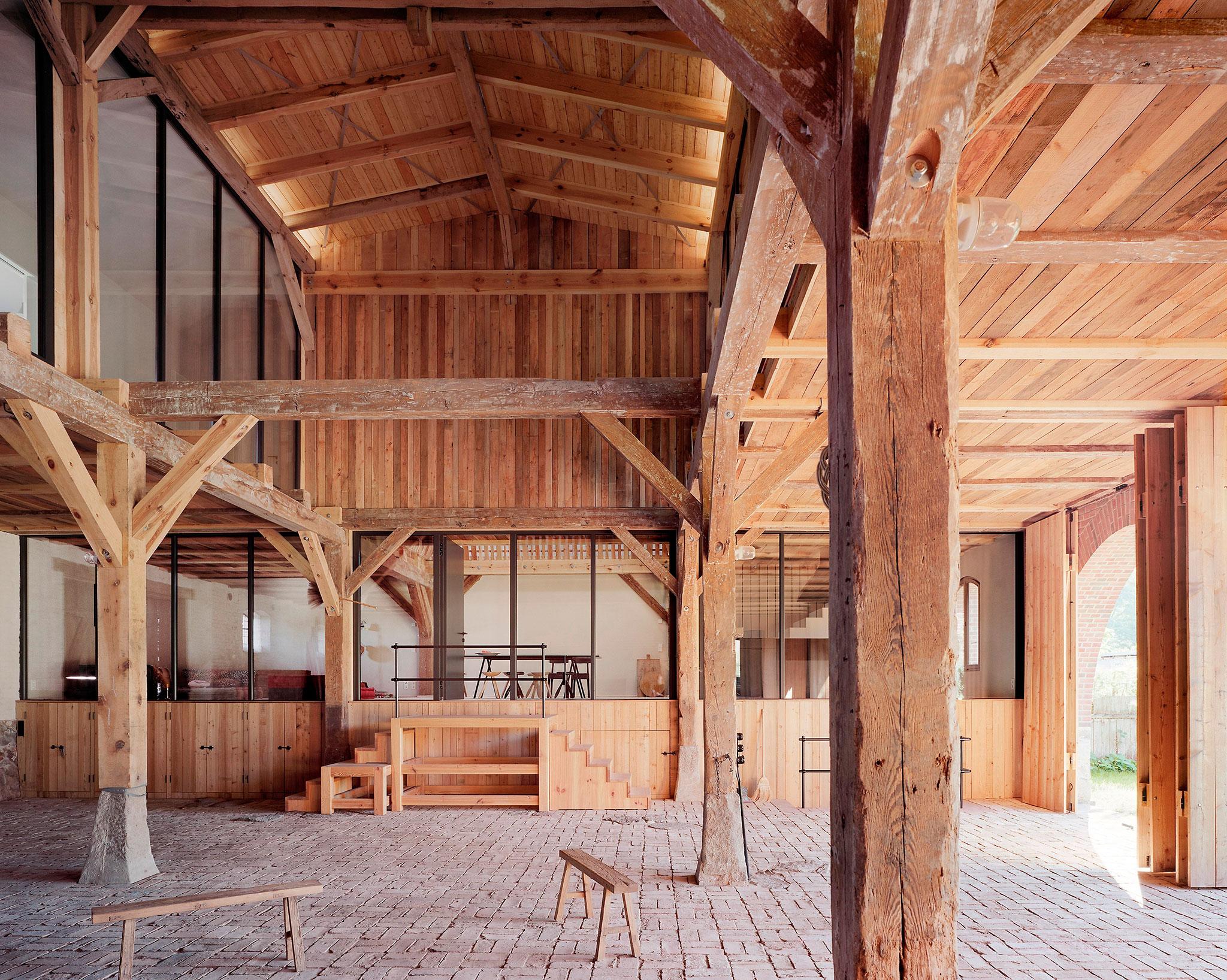 Vista de la sala central. Transformación de un granero en casa de verano por Thomas Kröger. Fotografía © Thomas Heimann