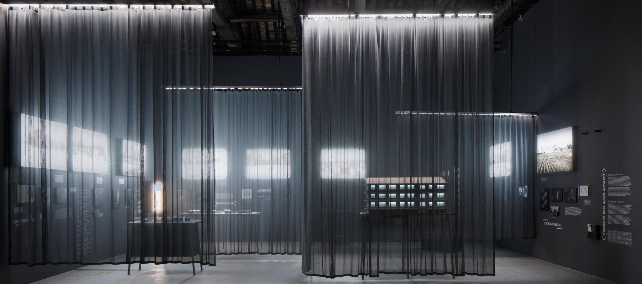 Interior del pabellón. Juntos y separados. Pabellón de Letonia para la XVI Bienal de Arquitectura de Venecia 2018. Fotografía por Ansis-Starks