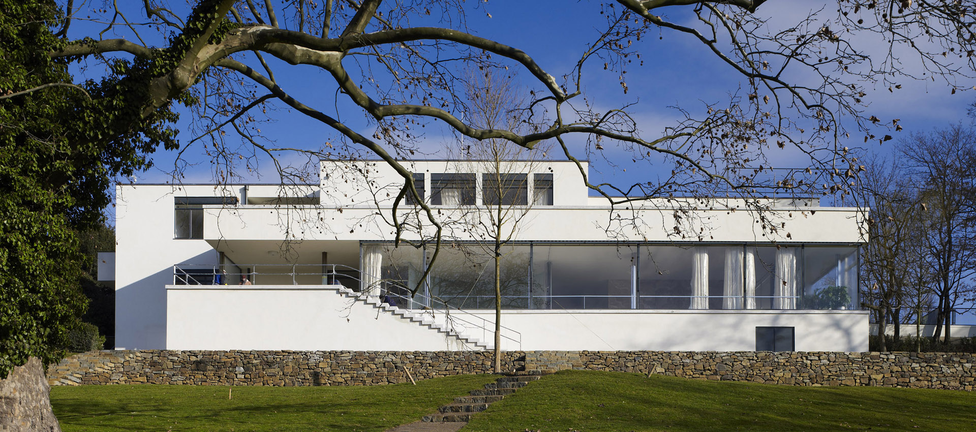 Exterior view. Tugendhat House by Ludwig Mies van der Rohe. Photography © David Židlický