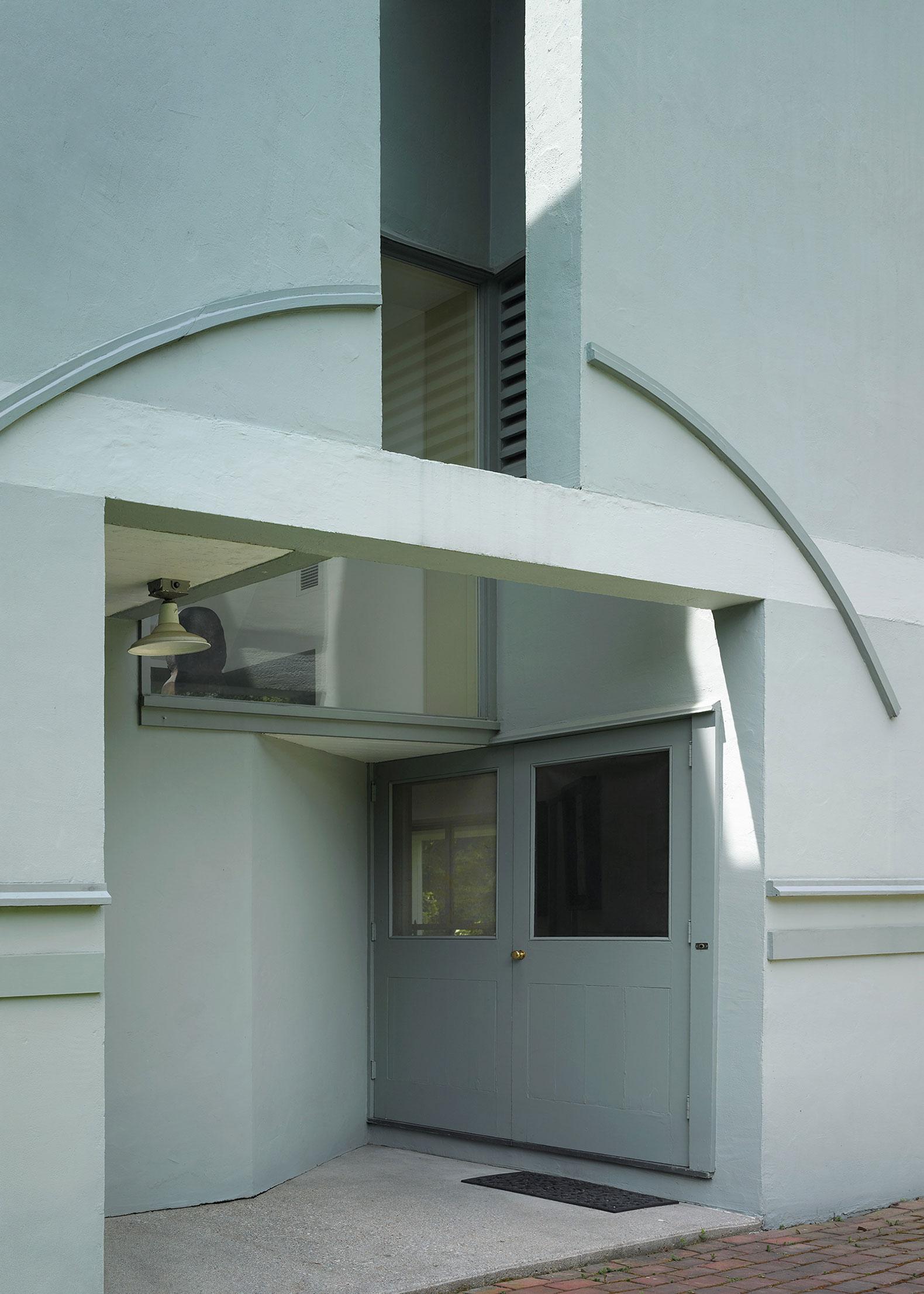 Entrada (Casa Vanna Venturi, 1962-1964, Filadelfia), 2015, por Bas Princen. Imagen © Bas Princen. Imagn y Arquitectura en el Vitra Design Museum Gallery