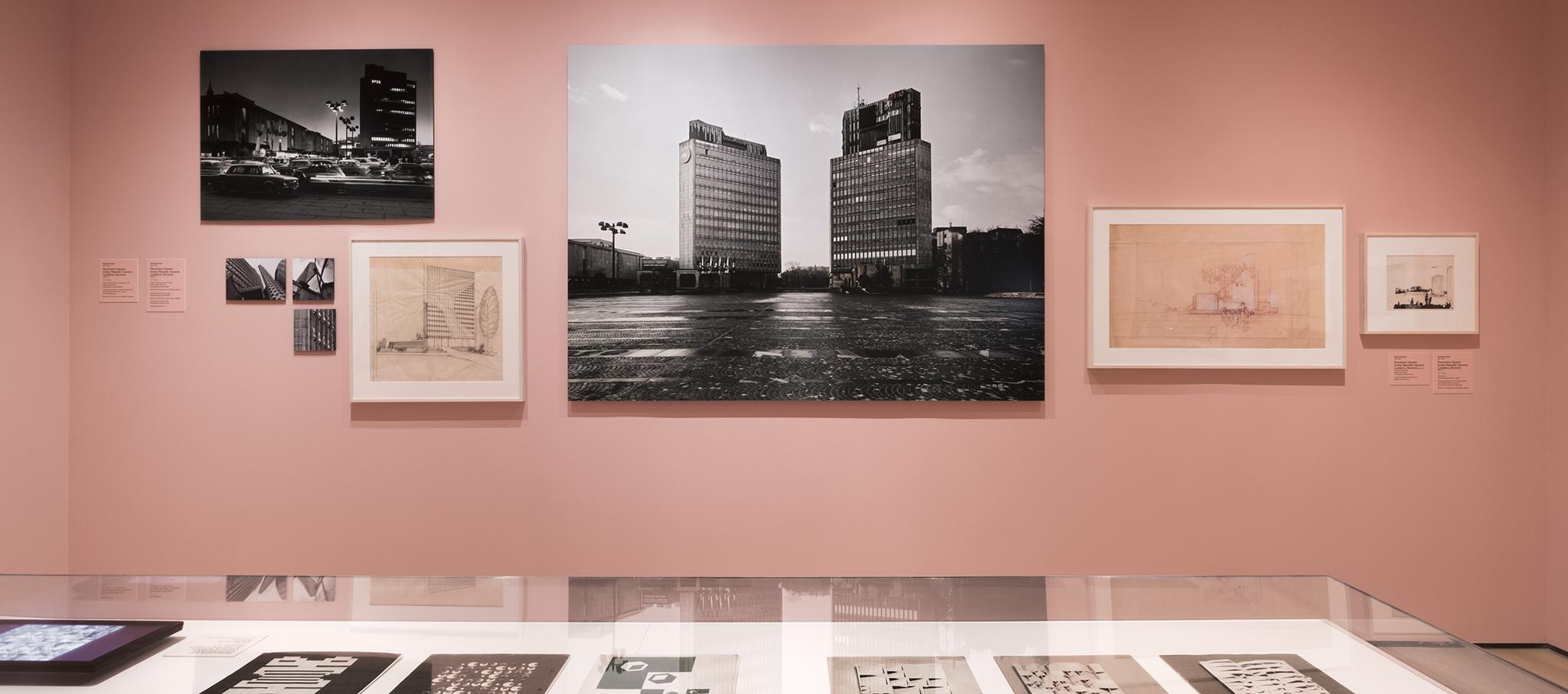 Vista de instalación de Hacia una utopía concreta: Arquitectura en Yugoslavia, 1948-1980, Museo de Arte Moderno, Nueva York, 15 de julio de 2018 - 13 de enero de 2019. © 2018 Museo de Arte Moderno. Fotografía por Martin Seck. Cortesía del MoMA