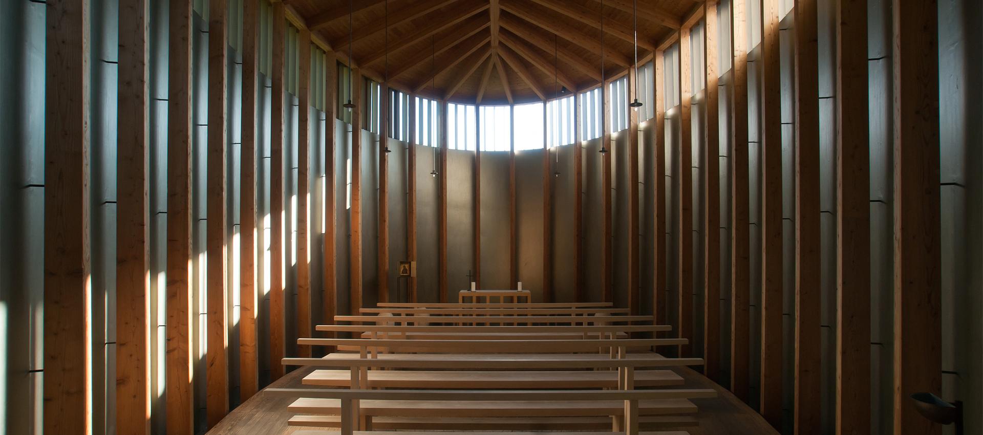 Vista interior de la capilla de San Benedicto por Peter Zumthor. Fotografía © Felipe Camus