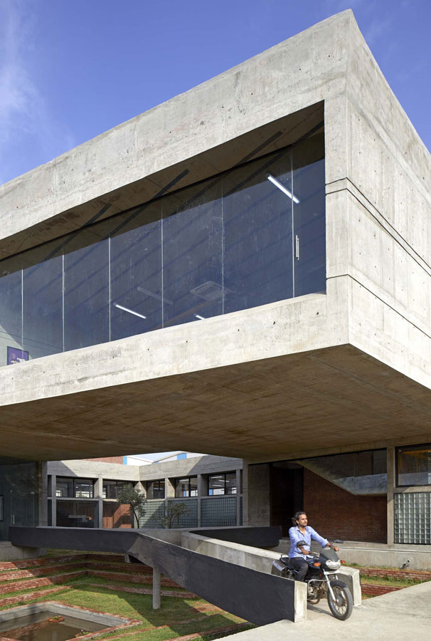 Concrete Void (Vijay Transtech Factory), nuevo proyecto de Sameep Padora & Associates (sP + a). Fotografía por Edmund Sumner
