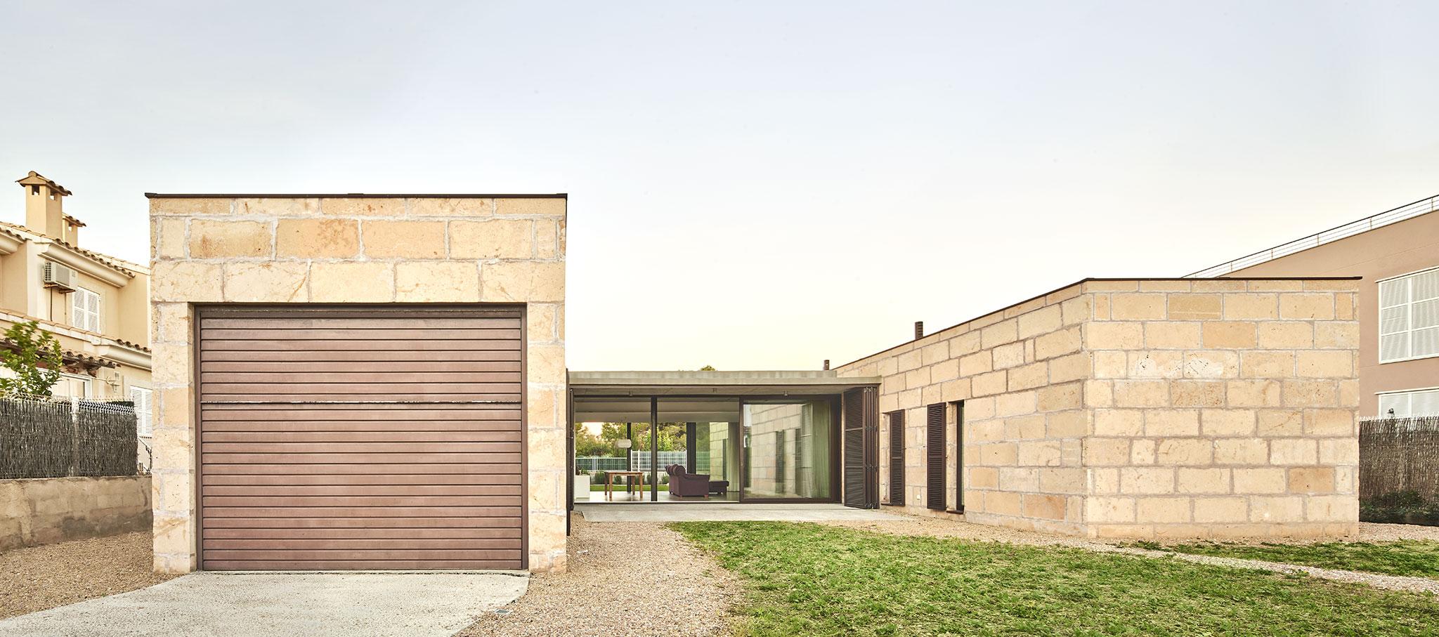 Vista exterior. Casa es Carnatge por MIEL Arquitectos. Fotografía @ José Hevia
