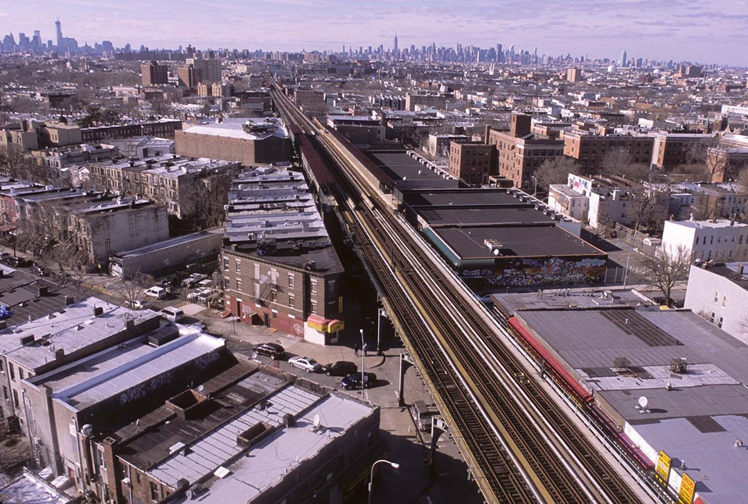 Vista a lo largo de Broadway desde Sumpter Ave., Brooklyn, 2013. Por Camilo José Vergara