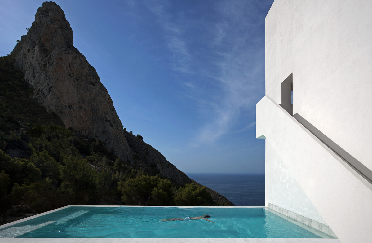 House on the cliff by Fran Silvestre Arquitectos . Photography © Diego Opazo