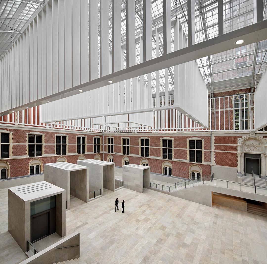 Patio. Nuevo Rijksmuseum por Cruz y Ortiz arquitectos. Fotografía cortesía de Abe Bonnema Prijs. Fotografía © Pedro Pegenaute