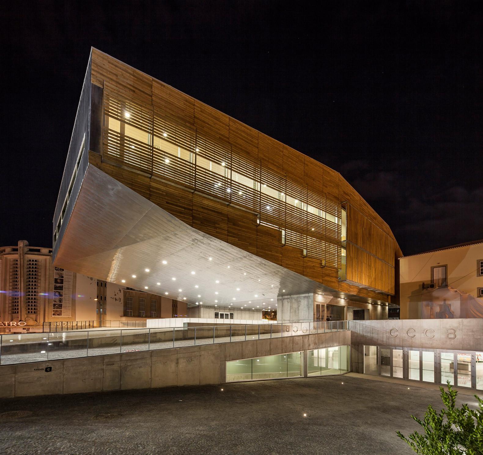 Vista nocturna de la entrada al Centro Cultural. Centro Cultural en Castelo Branco por Josep Lluis Mateo. Fotografía ©Adrià Goula