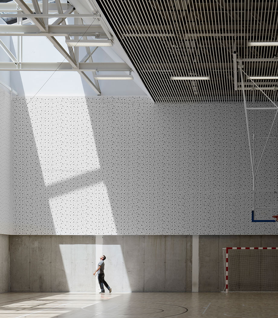 Interior view of Ibarra Sports Center by Asier Acuriola and Fernando Bajo. Photography © Aitor Ortiz