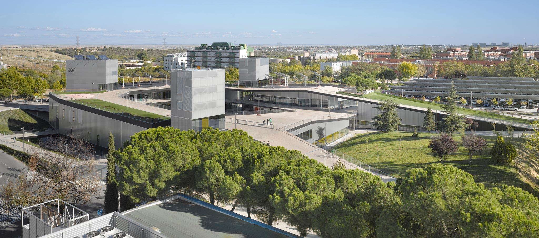 Edificio de Servicios Plaza Mayor por MTM Arquitectos. Fotografía © Roland Halbe