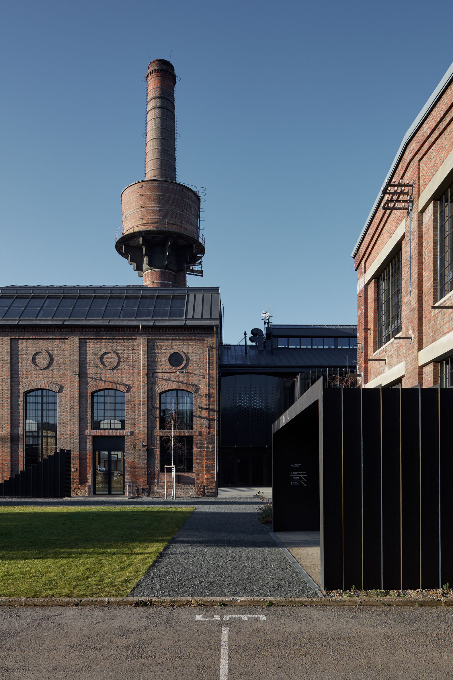 Reconversion into a multifunctional room of a former boiler house ...