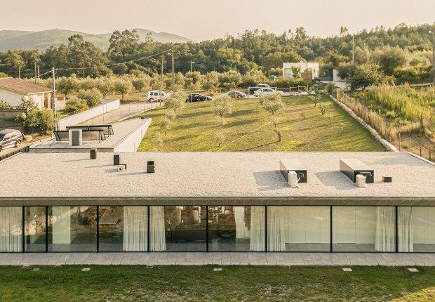 Casa Tojal por Contaminar Arquitetos. Fotografía por Fernando Guerra - FG+ SG
