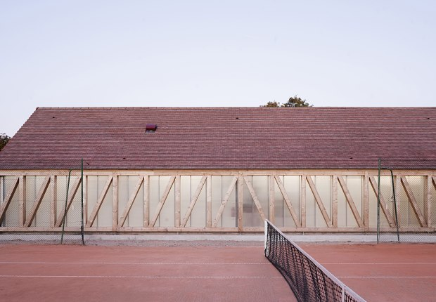 Pabellón para el Garden Tennis Club de Cabourg por Lemoal Lemoal Architectes. Fotografía por Javier Callejas