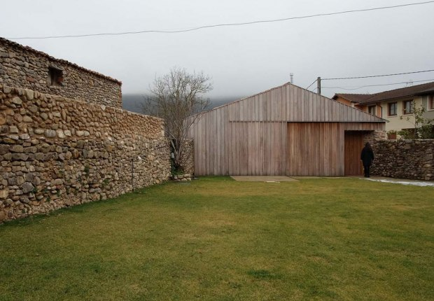 Transformation of an old tool warehouse into a rural house by MAAV. Photograph by Guillermo Avanzini Alcibar
