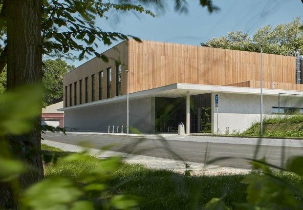 Pabellón deportivo en Borky por OV-architekti. Fotografía por BoysPlayNice