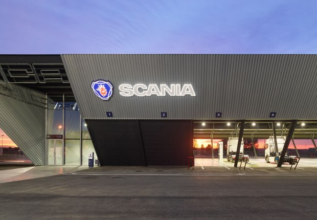 Nuevas instalaciones de Scania por EOVASTUDIO arquitectos. Fotografía por Roland Halbe