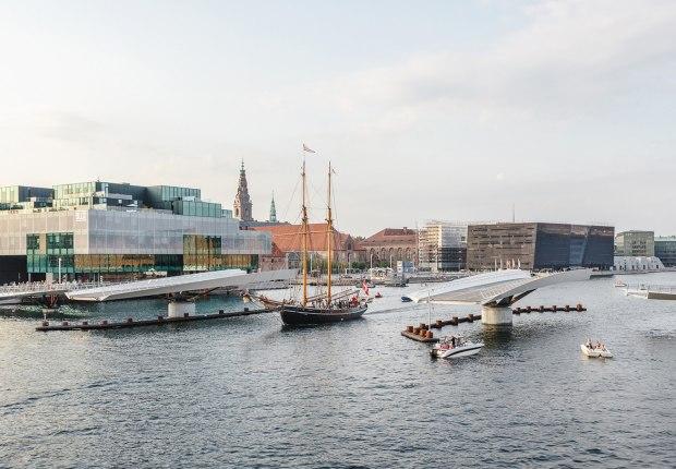 Lille Langebro puente peatonal y ciclista, por WilkinsonEyre. Fotografía por Rasmus Hjortshøjridge by WilkinsonEyre. Photograph by Rasmus Hjortshøj