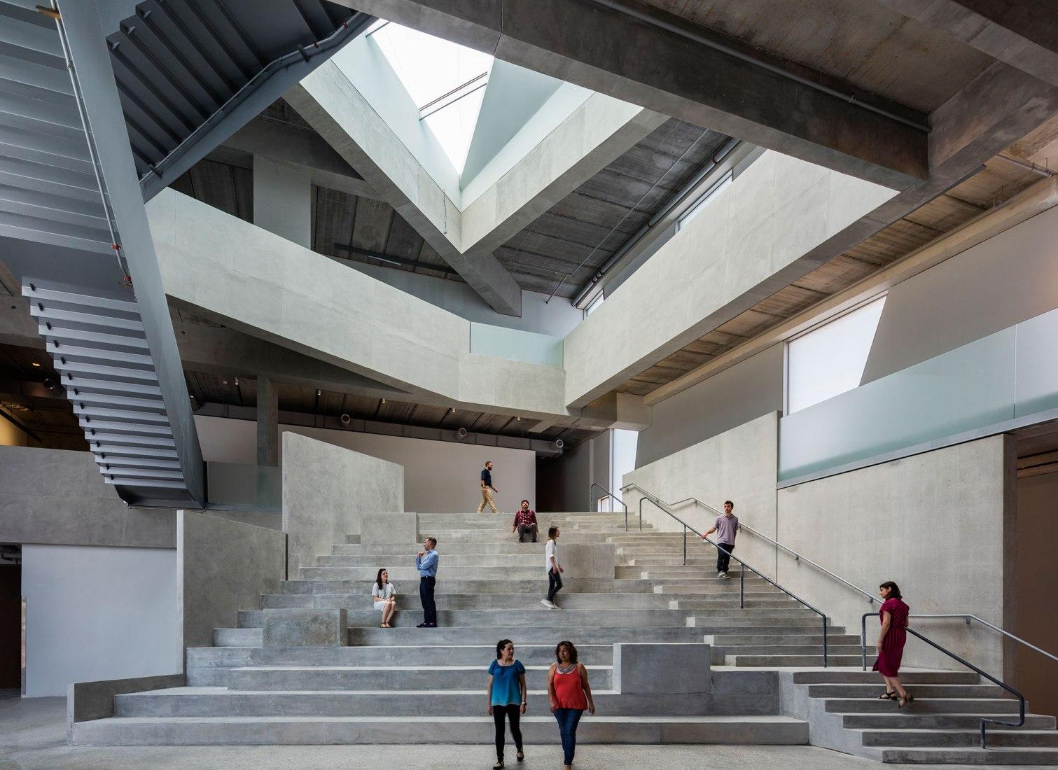 Vista interior del foro de la Escuela de Arte Glassell, MFAH, por Steven Holl Architects. Fotografía de Richard Barnes