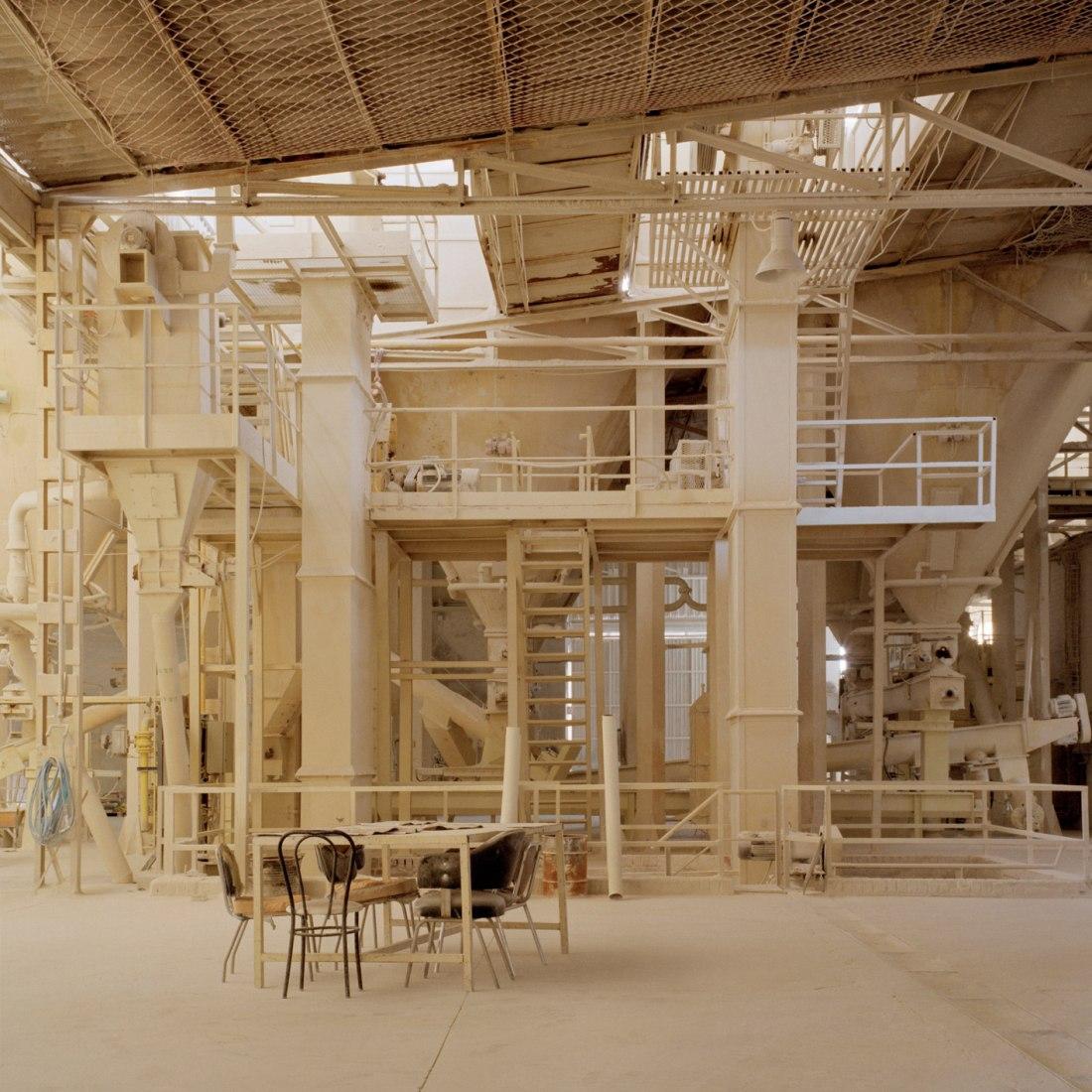 Sin título, serie Catedrales, de 2009 a 2011. Pigmentos minerales sobre papel de algodón., 122 x 122 cm. @ Cortesía de Juan Baraja.