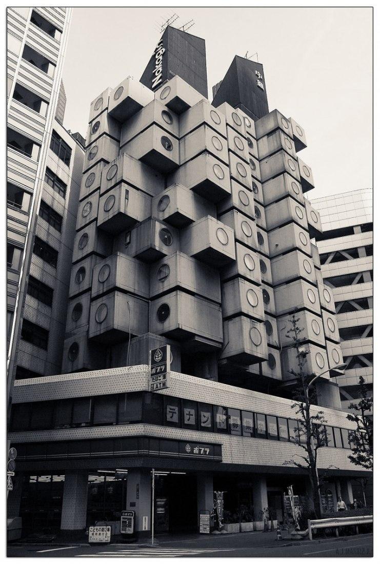 Torre de cápsulas Nakagin por Kisho Kurokawa, situada en Shimbashi, Tokio, Japón.