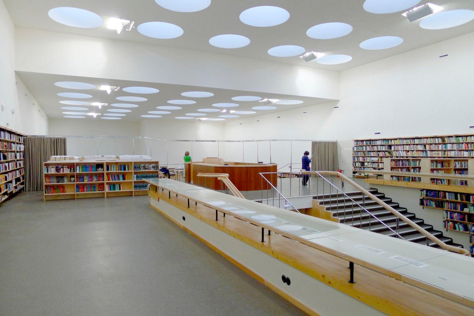 Sala de prestamo, 2013. Imagen cortesía del Comité Finlandés para la Restauración de la Biblioteca Viipuri y Petri Neuvonen. Señala encima de la imagen para verla más grande.
