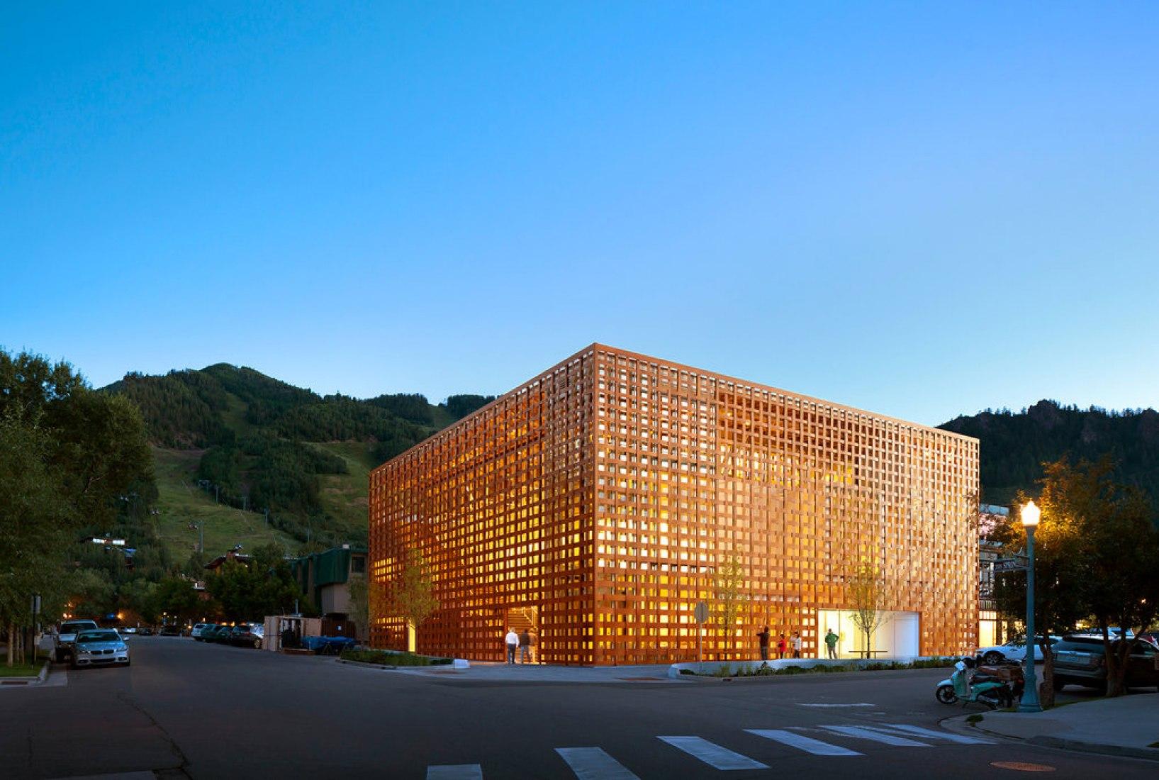 Visión exterior de la fachada. Nuevo Museo de Arte de Aspen por Shigeru Ban. Fotografía © David X Prutting/AAM.