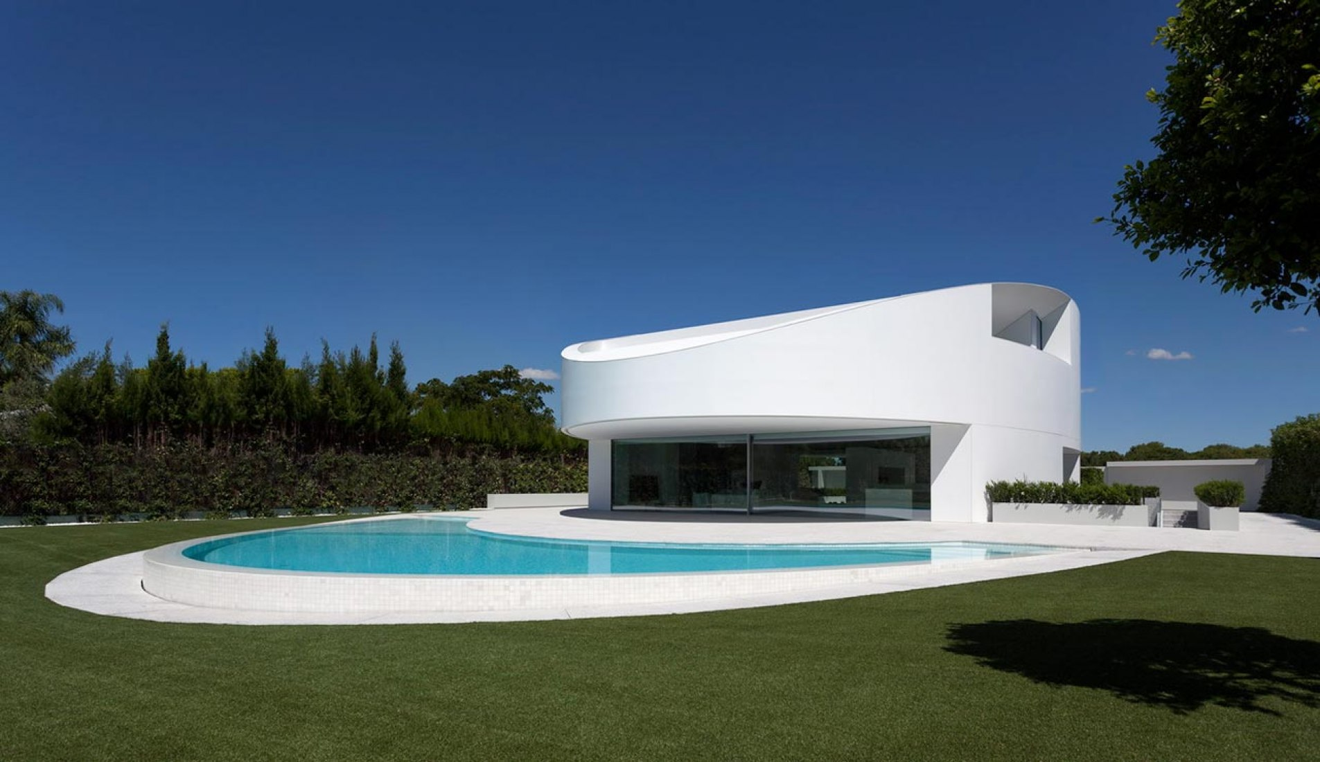 Outside vision. Casa Balint by Fran Silvestre Arquitectos. Photography © Diego Opazo.