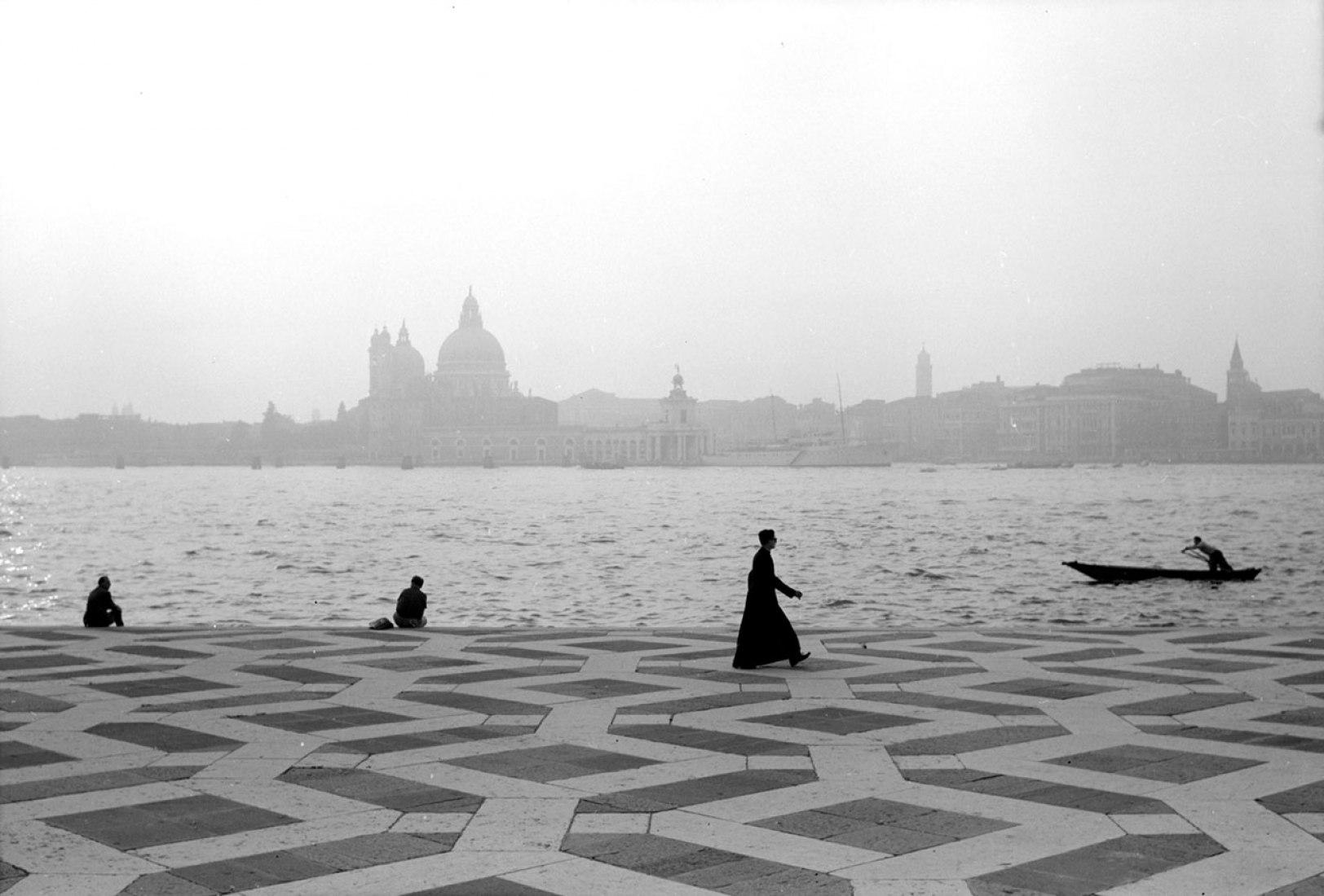 Campo San Giogio Maggiore, Venecia, 1961. Fotografía © Edwin Smith. Imagen Cortesía de la RIBA Library Photographs Collection.