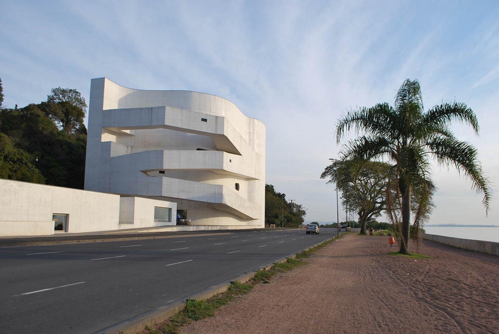 Fundación Ibere Camargo por Alvaro Siza (crédito: Elvira Tomazoni Fortuna).