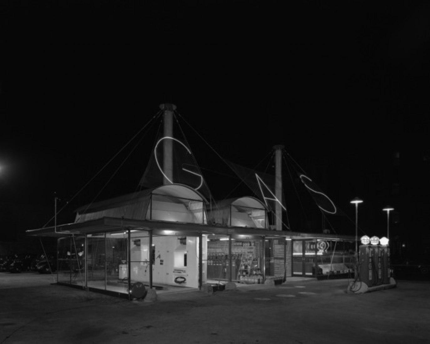 Fotografía: Clark-Maple Gasoline Service Station, Chicago, IL, 1938.  Hedrich Blessing, cortesía del Chicago History Museum.