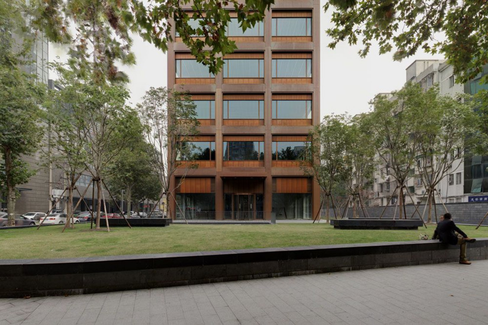 Edificio de oficinas en Moganshan Road por David Chipperfield Architects. Fotografía © Simon Menges.
