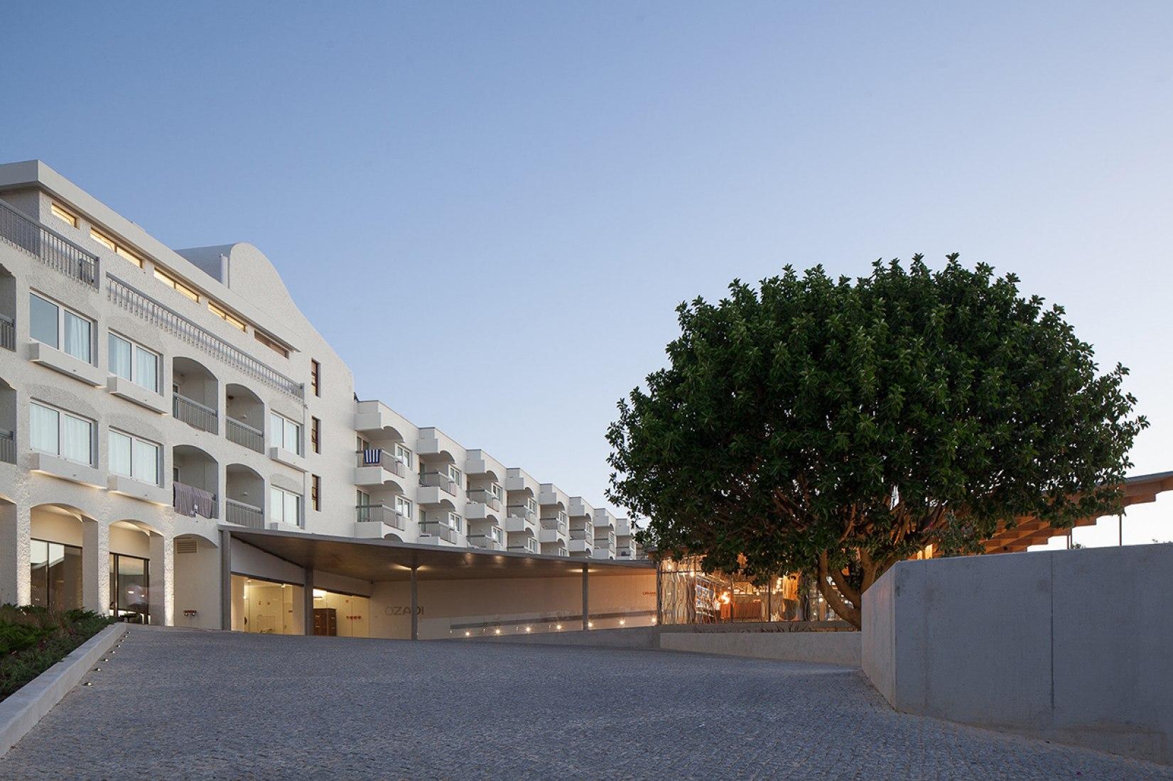 Reforma y ampliación del Hotel Ozadi por Campos Costa Arquitectos. Fotografía © José Campos. Señala encima de la imagen para verla más grande.