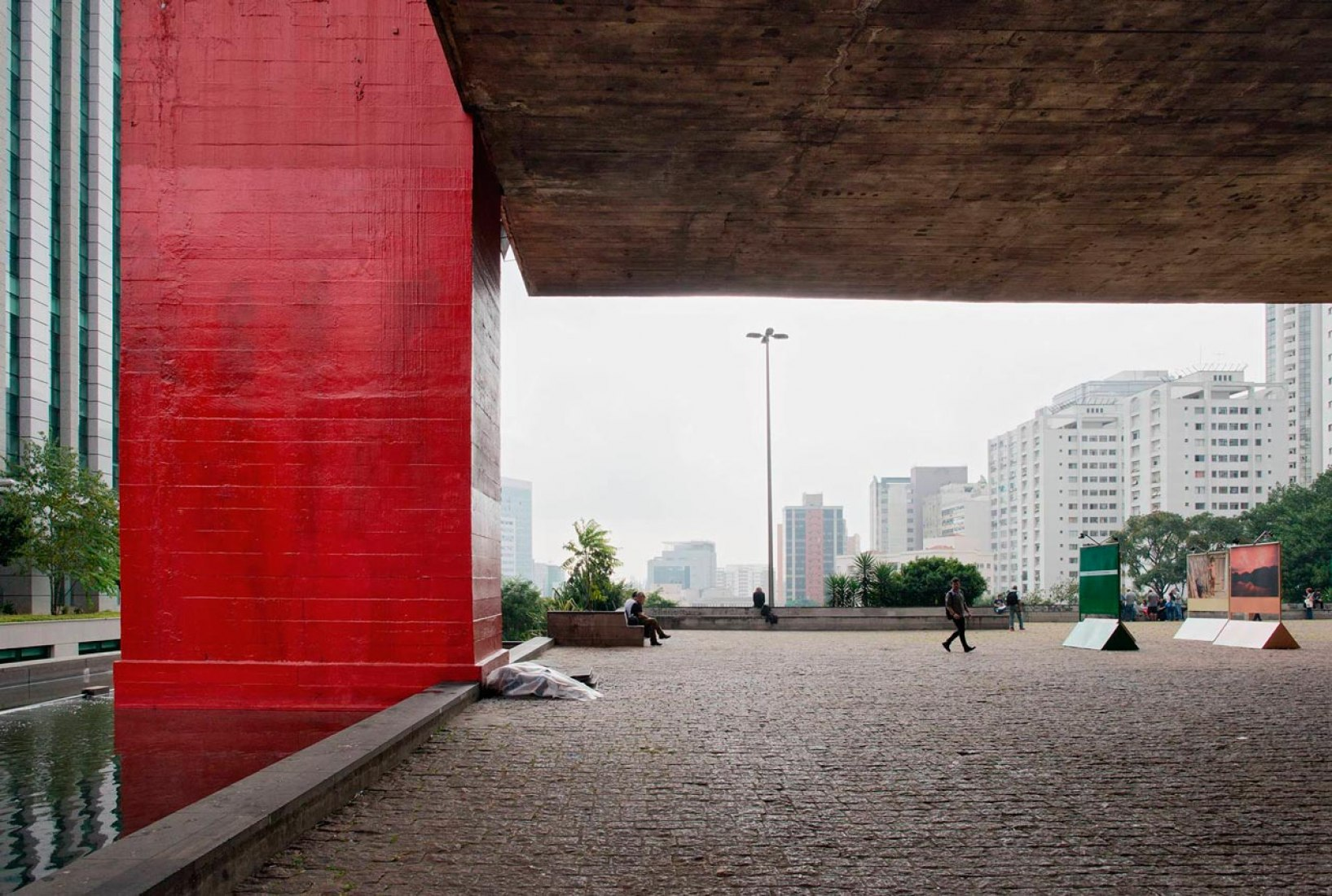 MASP – Museu de Arte de São Paulo, São Paulo. Covered passageway under the building, overlooking the city 1957-1968. Photography © Markus Lanz, 2014.