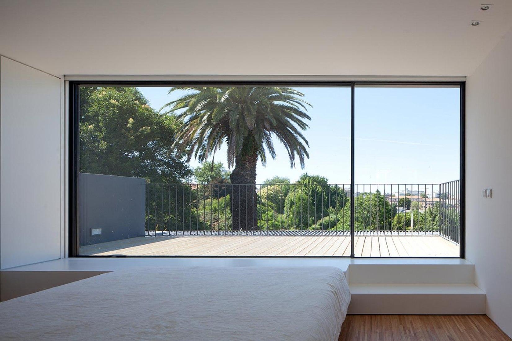 Vista de al terraza desde el interior. Casa da Maternidade por Pablo Pita. Fotografía © José Campos.