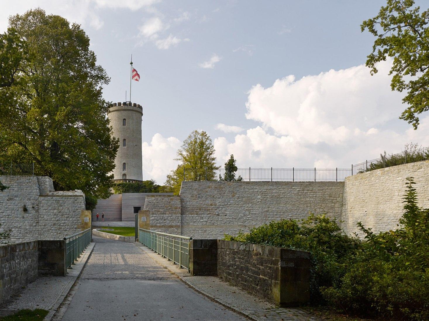 Vista desde el sur-este con la torre en el fondo. Centro de visitantes por Max Dudler. Fotografía © Stefan Müller