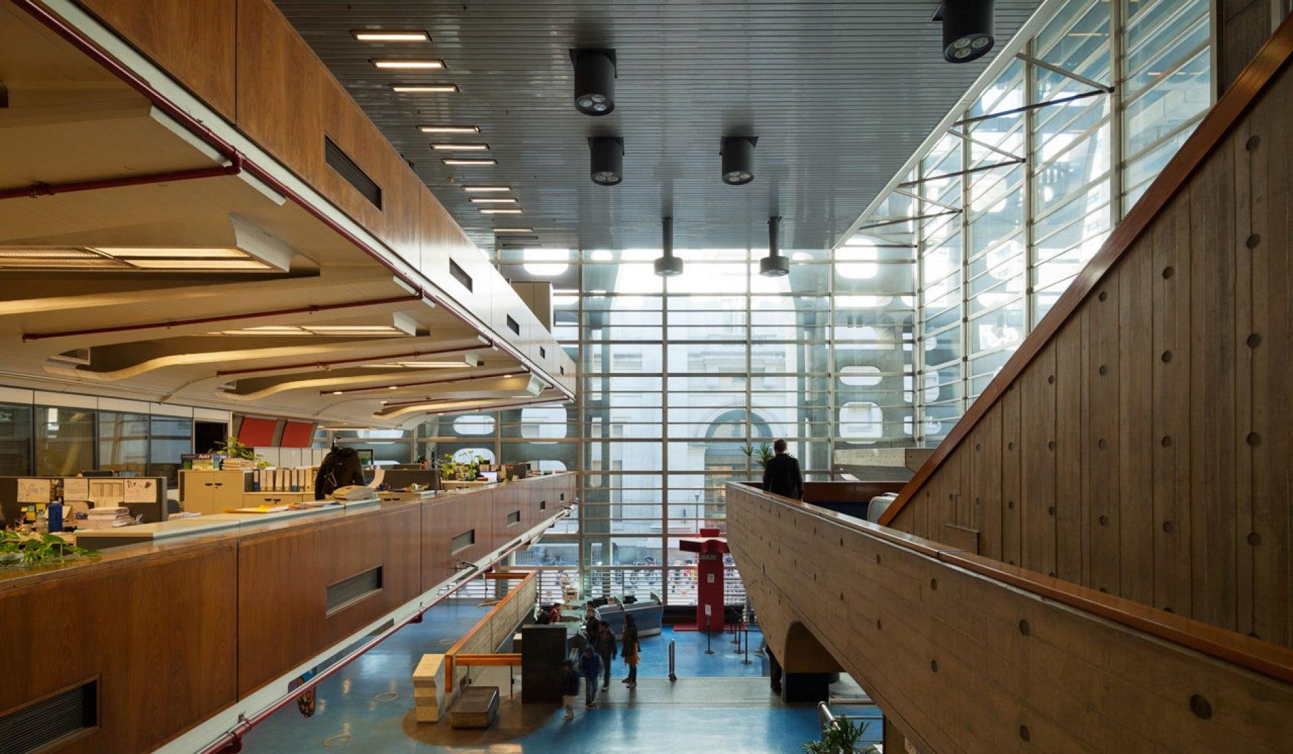 Vista interior del Banco de Londres de Clorindo Testa y SEPRA. Fotografía ©Federico Cairoli.