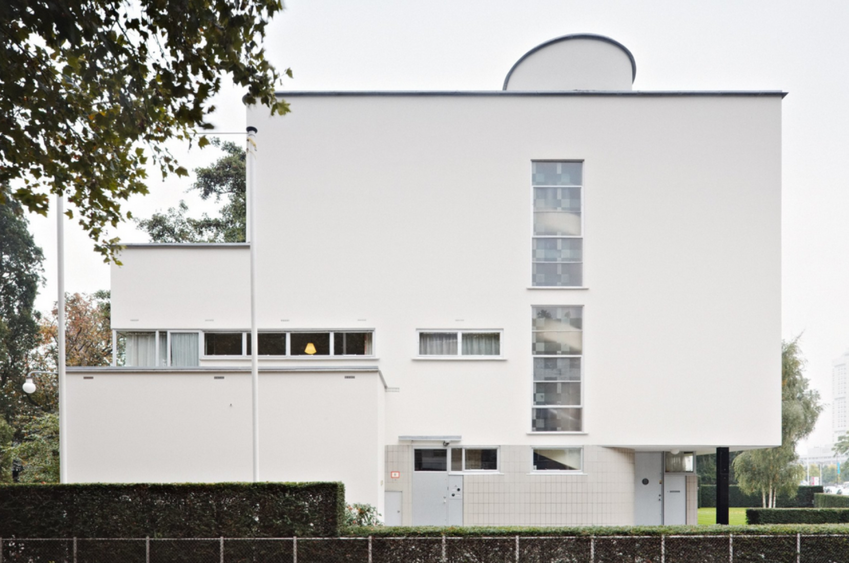 Vista exterior de la Casa Sonneveld. Fotografía © Het Nieuwe Instituut, 2015. Arquitectos.- J.A. Brinkman and L.C. van der Vlugt, 1933. Señala encima de la imagen para verla más grande.