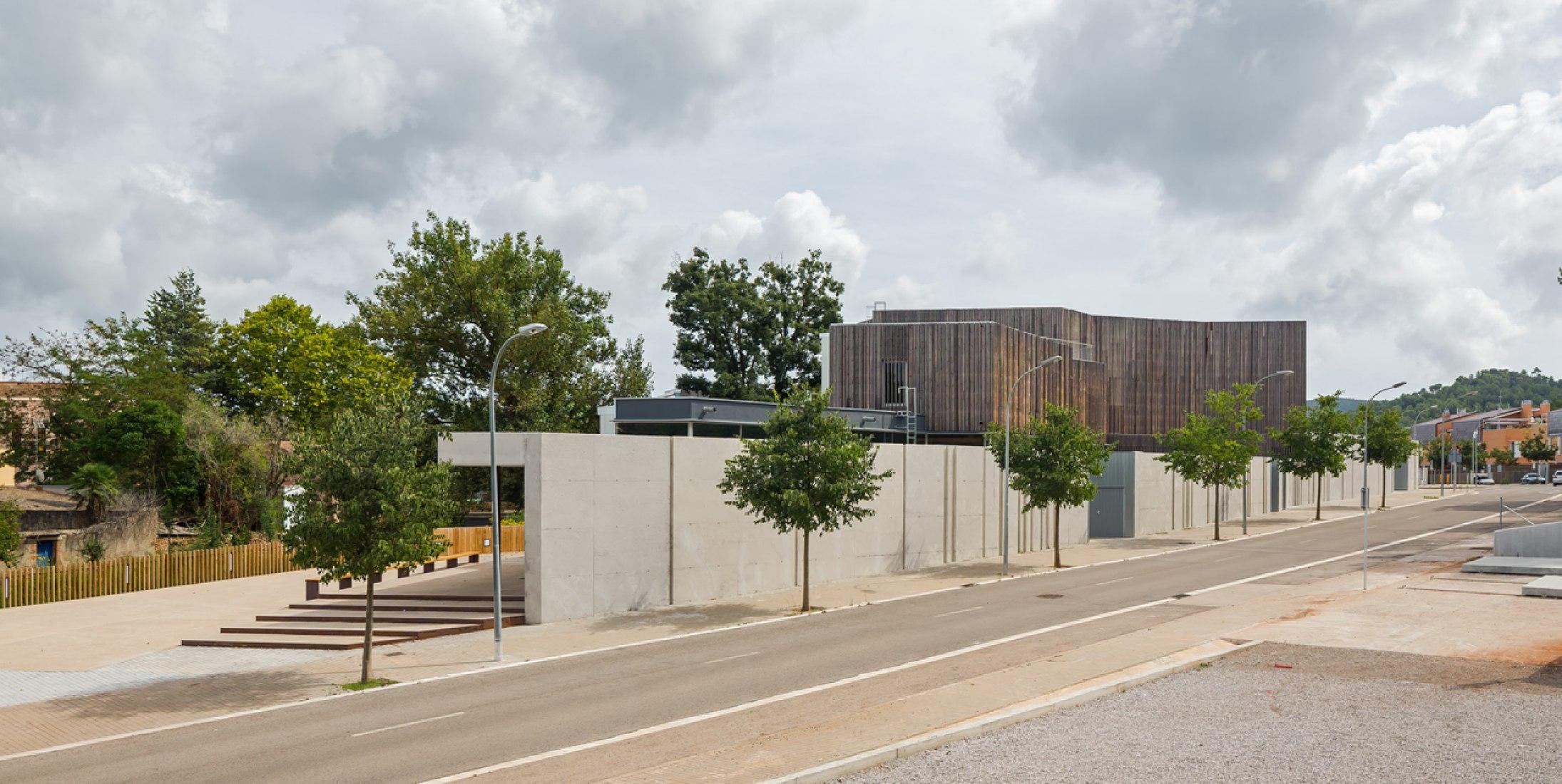 Vista exterior. Centro social 'El Roure' y biblioteca 'La Ginesta' por Calderon-Folch-Sarsanedas Arquitectes. Fotografía © Pol Viladoms.