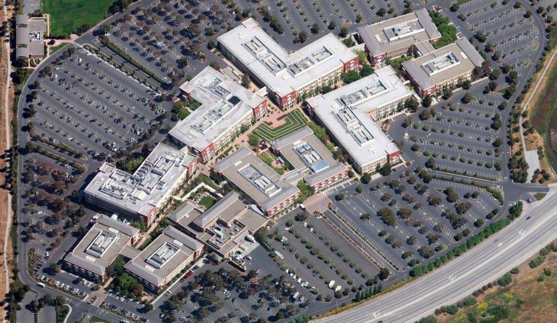 Vista aérea de la actual sede de Facebook en Menlo Park y sus inmensas playas de aparcamientos.