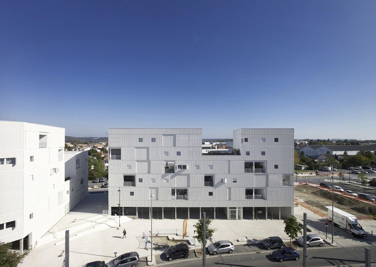 Vista frontal. 79 apartamentos en Bègles por LAN. Fotografía © Julien Lanoo.