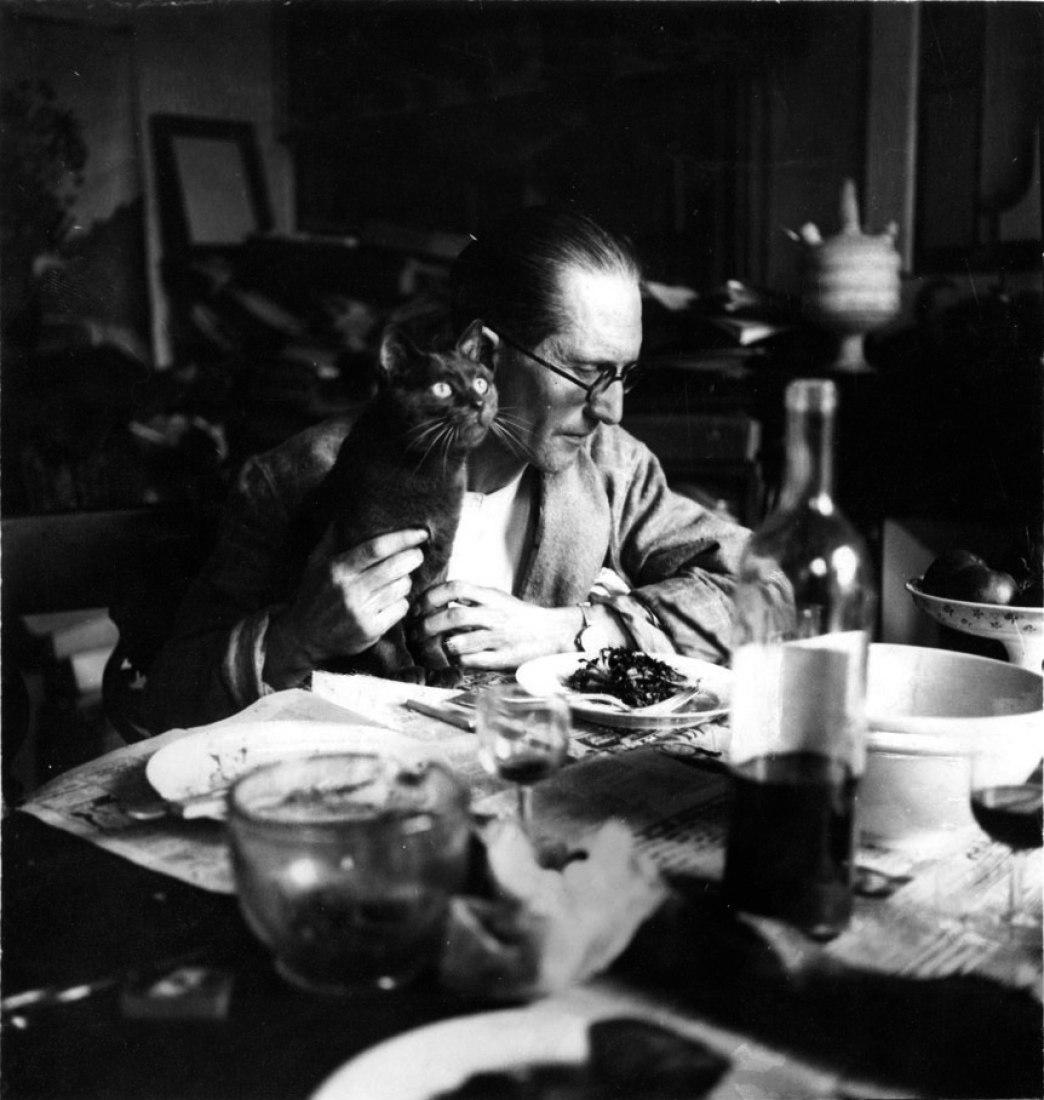 Le Corbusier con su gato, en su apartamento de París sobre 1920. Cortesía de FLC/DACS
