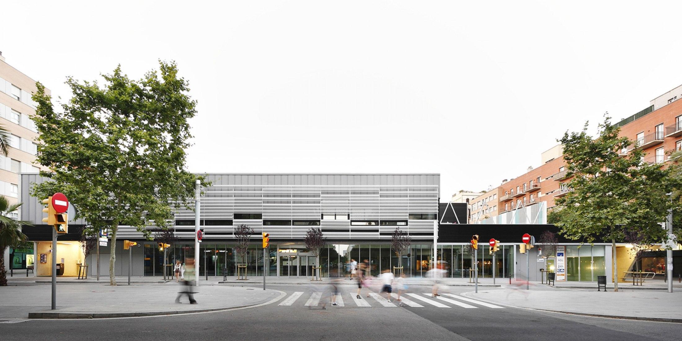 View of the surroundings. Public multifunctional building in Sant Martí by SUMO Arquitectes + Yolanda Olmo. Photograph © Aitor Estévez.