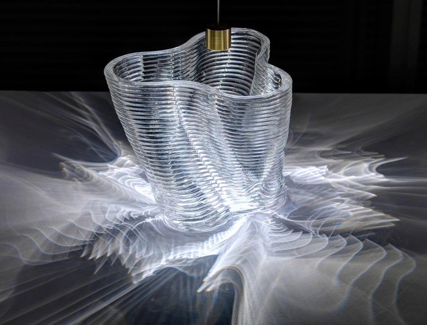 Patrones cáusticos de una estructura de vidrio impresa en 3D. Fotografía © Chikara Inamura.