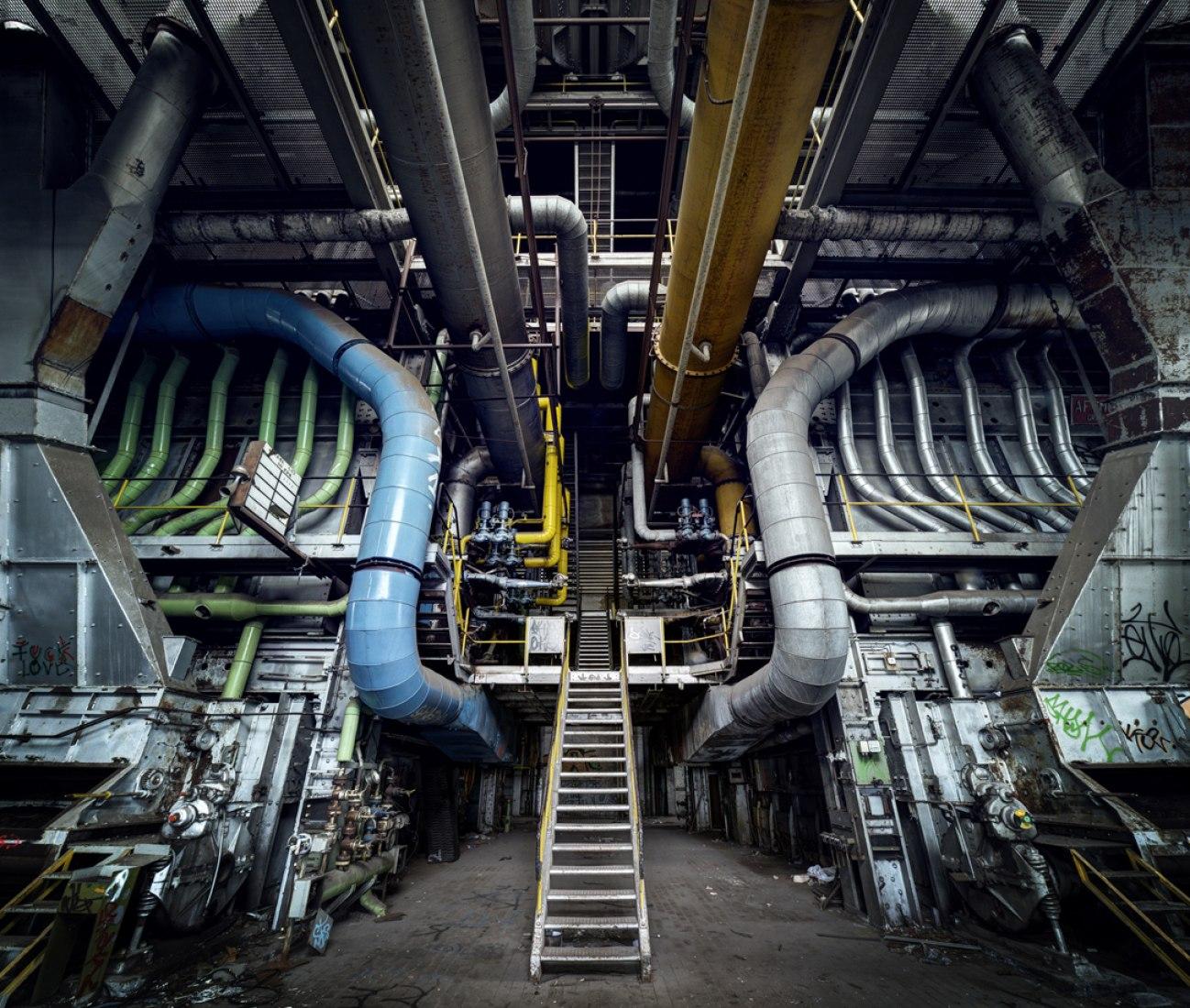 Abundantes tubos en el detallado interior de una Central Eléctrica en Luxemburgo. Fotografía © Matthew Emmett.