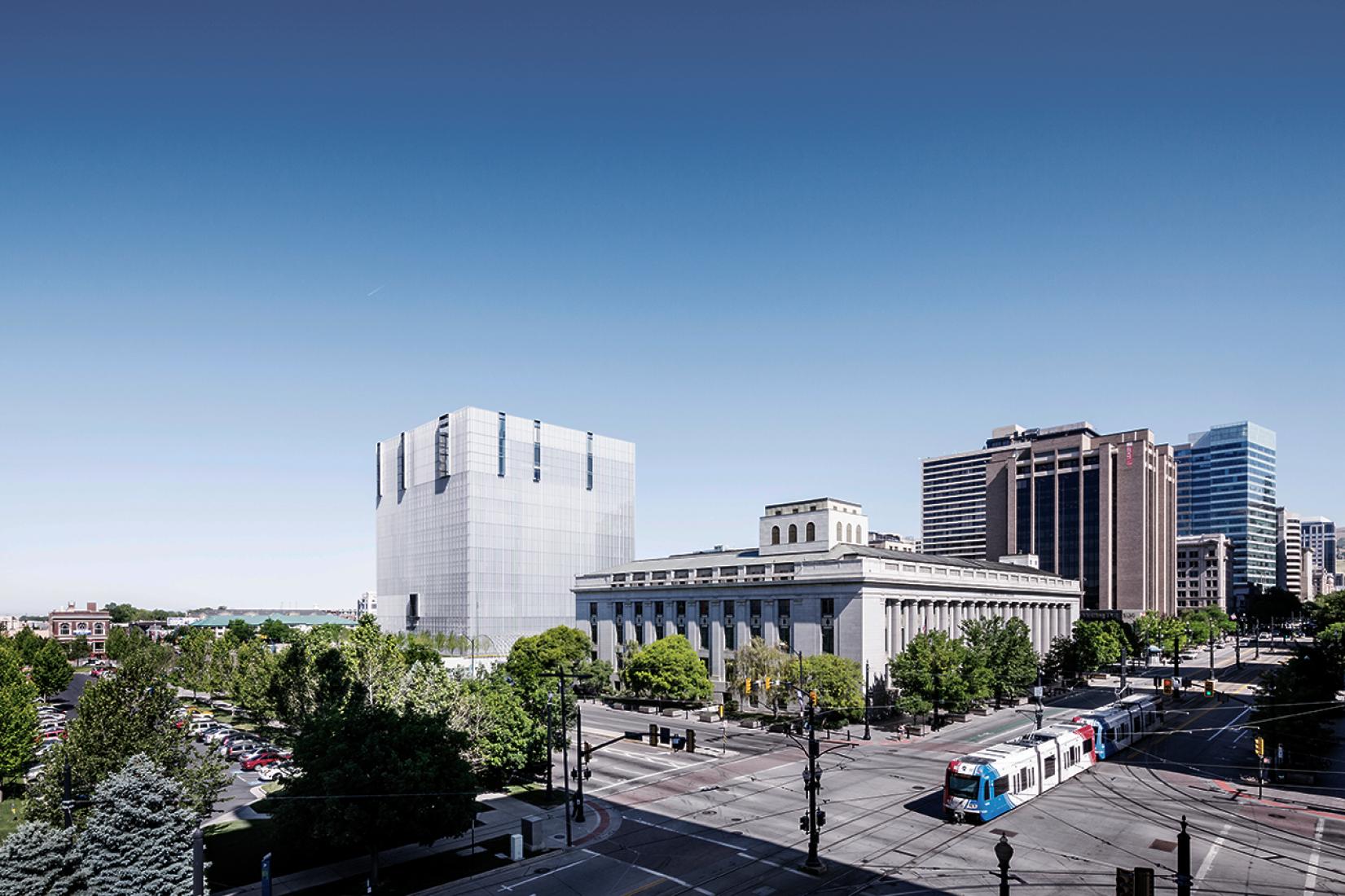 Vista desde el centro de la ciudad. Sede de la Corte Federal en Salt Lake City, Utah, EE.UU. (2014) por Thomas Phifer and Partners. Fotografía © Scott Frances.