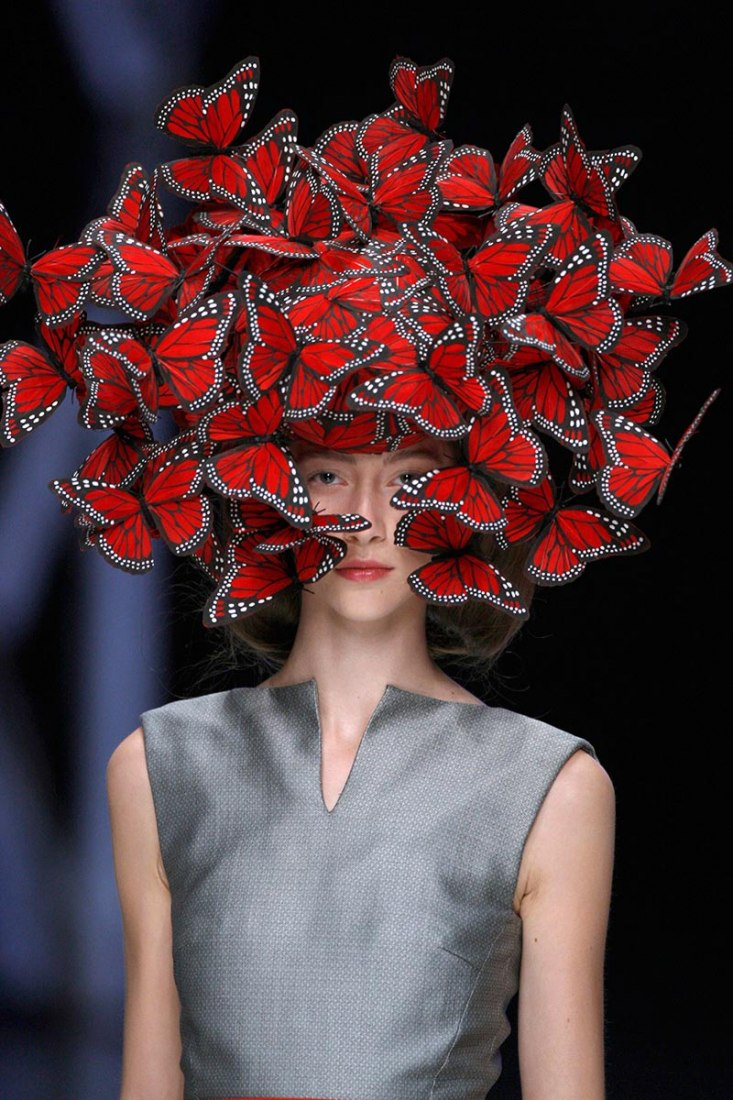 7c78d0e586e5 Butterfly headdress of hand-painted turkey feathers. Philip Treacy for Alexander  McQueen, La