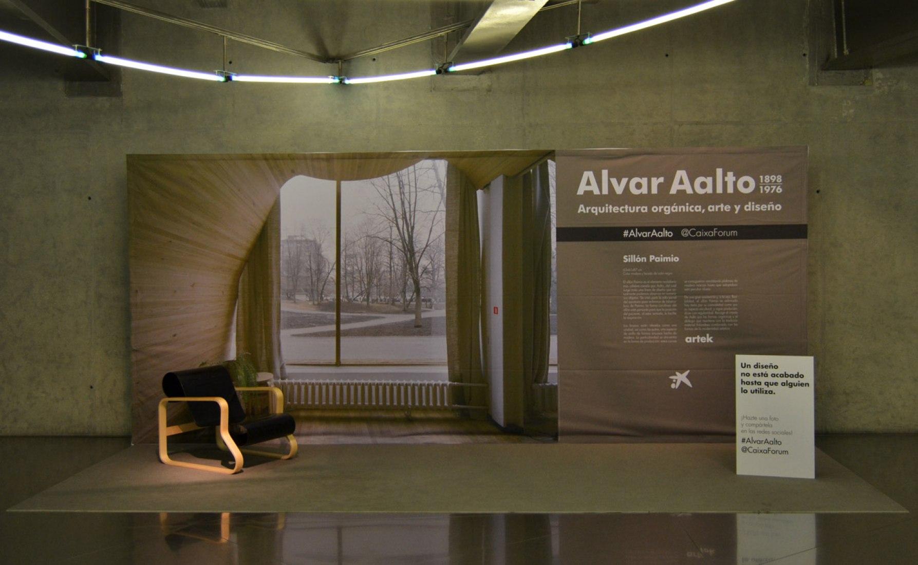 Vista interior de la sala de exposiciones. Alvar Aalto en CaixaForum Madrid. Fotografía © Branly Pérez / METALOCUS.