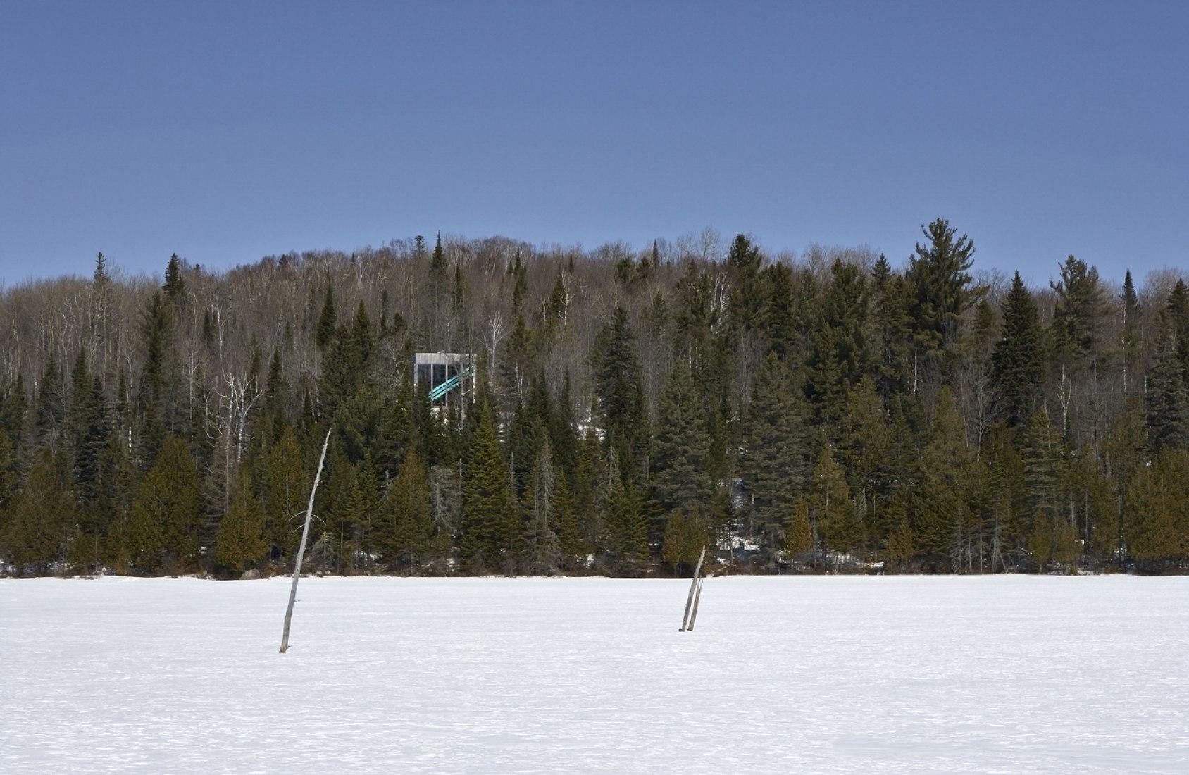 Vista desde el lago. Casa Lake Jasper por Architecturama. Fotografía @ James Brittain Photography.