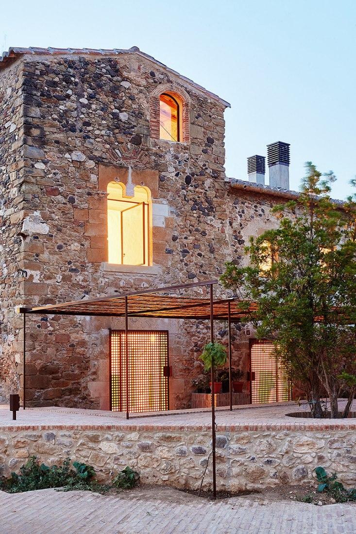 Vista exterior. Rehabilitación de una masía por ARQUITECTURA-G, Empordà, España. Fotografías © José Hevia.